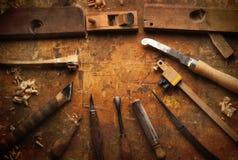 Dé la madera de las herramientas en un banco de trabajo de madera viejo Imagenes de archivo