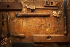 Dé la madera de las herramientas en un banco de trabajo de madera viejo Foto de archivo