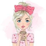 Dé la muchacha linda hermosa exhausta del verano con la bebida en sus manos stock de ilustración