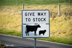 Dé a la muestra común en un camino rural Foto de archivo libre de regalías
