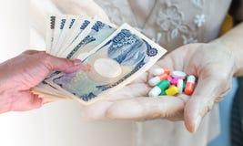 Dé la mujer con los billetes de banco japoneses de los yenes de la moneda en empañado detrás Imágenes de archivo libres de regalías
