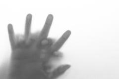 Dé la mujer del hombre y de la mano detrás del vidrio Imagenes de archivo