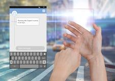Dé la pantalla de cristal conmovedora y el medios mensajero social App Interface en el camino de la calle que corre tarde libre illustration
