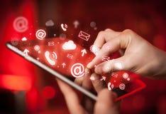 Dé la PC de la tableta conmovedora, medios concepto social Fotografía de archivo libre de regalías