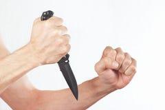 Dé la posición al ataque con un cuchillo del combate fotografía de archivo