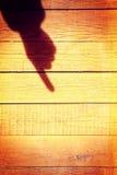 Dé la sombra con el fingrt del índice en una cerca de madera Fotos de archivo libres de regalías