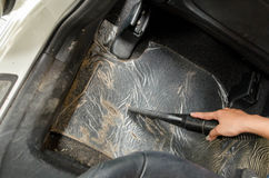 Dé la suciedad de la limpieza del vacío en una alfombra del coche Imágenes de archivo libres de regalías