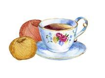 Dé la taza exhausta de la acuarela de té y las bolas coloridas del hilado Imágenes de archivo libres de regalías