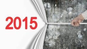 Dé la tracción de la cortina de 2015 blancos que cubre wa concreto abigarrado viejo Foto de archivo