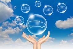 Dé las burbujas del asimiento en el cielo con el coche adentro Imagen de archivo libre de regalías