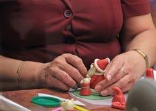 dé las figuras moldeadas del mazapán que modelan, preparación del dulce Fotos de archivo