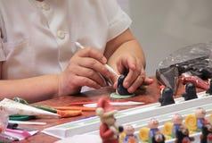 dé las figuras moldeadas del mazapán que modelan, preparación del dulce Imagen de archivo libre de regalías