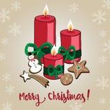 Dé las velas exhaustas de la Navidad con las galletas del pan del jengibre como la estrella, el muñeco de nieve y el skowflake Imagenes de archivo