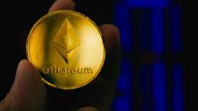 Dé llevar a cabo la moneda de Ethereum ETH y datos de la compra y venta de acciones metrajes