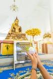 Dé llevar a cabo las flores, el incienso y las velas fijados para los wors budistas Imagen de archivo libre de regalías