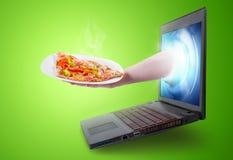 Dé llevar a cabo una rebanada de la pizza que sale de una pantalla del ordenador portátil Imagenes de archivo
