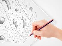 Dé los bosquejos y los garabatos abstractos de dibujo en el papel Fotografía de archivo libre de regalías