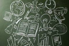 Dé los símbolos exhaustos de los temas de escuela en una pizarra imagen de archivo libre de regalías