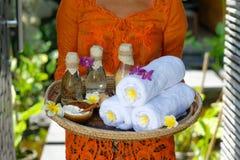 Terapeuta del masaje en el balneario de lujo imagen de archivo libre de regalías