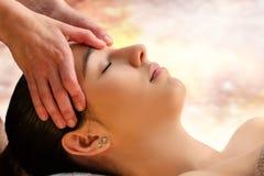 Dé masajes a la área delicada conmovedora del terapeuta entre los ojos en mujer Fotografía de archivo libre de regalías
