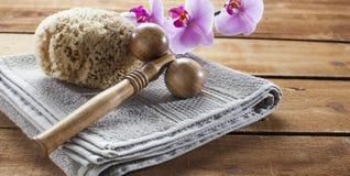 Dé masajes a la esponja accesoria y natural en el fondo de madera para la relajación Fotos de archivo libres de regalías