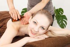 Dé masajes a una mujer joven Foto de archivo libre de regalías