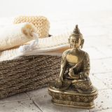 Dé masajes y exfoliating para el tratamiento del balneario con Buda Fotografía de archivo libre de regalías