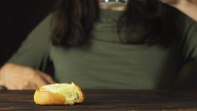 Dé poner una galleta en un vidrio de leche en la cámara lenta Escena cinemática de la comida almacen de video