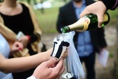 Dé que vierte el vino espumoso Fotografía de archivo libre de regalías