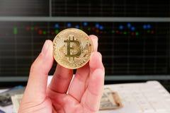 Dé sostener Bitcoin de oro en fondo del gráfico del mercado de acción Fotografía de archivo libre de regalías