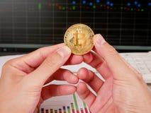 Dé sostener Bitcoin de oro en fondo del gráfico del mercado de acción Fotografía de archivo