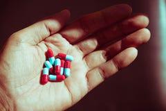 Dé sostener cápsulas de la píldora utilizadas para el concepto médico Imágenes de archivo libres de regalías