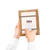 Dé sostener el bolso del escáner y del paquete de código de barras aislado Fotos de archivo