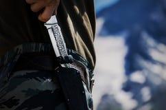 Dé sostener el cuchillo clásico con la envoltura para el cazador que ama el acampar o el caminar imágenes de archivo libres de regalías