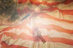 Dé sostener el martillo con el fondo de la bandera de los E.E.U.U., diseño para el trabajo DA Imágenes de archivo libres de regalías