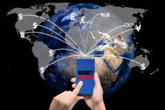 Dé sostener el teléfono elegante enviado los billetes de dólar del dinero que se van volando para Fotos de archivo libres de regalías