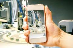 Dé sostener el teléfono elegante (teléfono móvil) con la centrifugadora avance fotografía de archivo libre de regalías