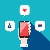 Dé sostener el teléfono móvil con concepto social de la red de los iconos y de las burbujas del discurso Imagenes de archivo