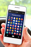 Dé sostener el teléfono móvil con el uso del traductor de la lengua Imagenes de archivo