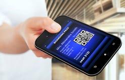 Dé sostener el teléfono móvil con pas móvil del embarque Fotos de archivo libres de regalías