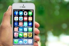 Dé sostener iPhone con medios usos sociales en la pantalla Imagenes de archivo
