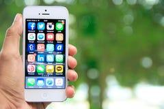 Dé sostener iPhone con medios usos sociales en la pantalla Fotos de archivo libres de regalías