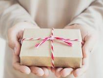 Dé sostener la caja de regalo del paquete postal, tono del vintage Fotos de archivo libres de regalías