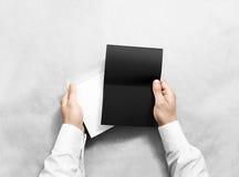 Dé sostener la maqueta del sobre en blanco y de la letra negra, aislada Imagen de archivo