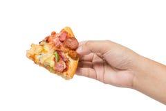 Dé sostener la pizza saborosa sabrosa aislada en blanco Fotografía de archivo