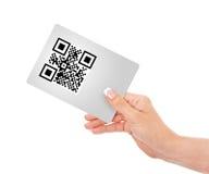 Dé sostener la tarjeta con código del qr aislada sobre blanco foto de archivo libre de regalías