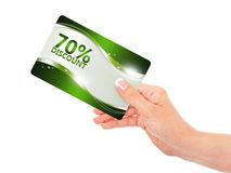 Dé sostener la tarjeta roja del descuento aislada sobre blanco Foto de archivo libre de regalías