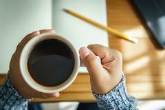 Dé sostener la taza de café caliente por mañana Imagenes de archivo