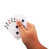 Dé sostener tarjetas del póker aisladas en el fondo blanco Imagen de archivo