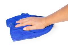 Dé sostener un trapo azul de la limpieza aislado en blanco Foto de archivo libre de regalías